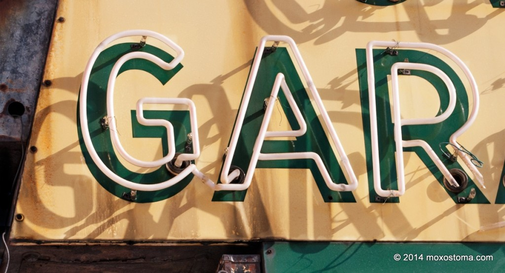 Neon sign saying GAR.